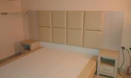 Κρεβάτι ντυμένο και κομοδίνα σε ξενοδοχείο της Χαλκιδικής
