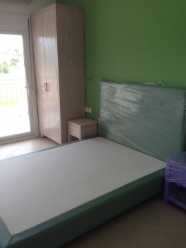 Κρεβάτι ντυμένο, ντουλάπα 2φυλλη και κομοδίνα σε ξενοδοχείο της Χαλκιδικής