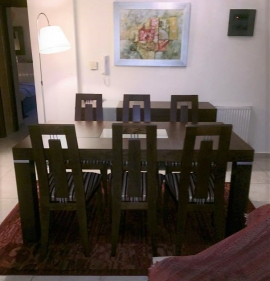 Τραπεζαρία με 6 καθίσματα σαλονιού σε ξύλο καρυδιάς και λεπτομέρειες από γυαλί και inox
