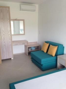 Πολυθρόνα-κρεβάτι, ντουλάπα 2φυλλη, μπαγκαζιέρα, κομό και καθρέφτης σε ξενοδοχείο της Χαλκιδικής