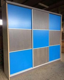 Ντουλάπα συρόμενη σε ξύλο δρυς σε απόχρωση γκρι με μπλε λάκα