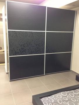 Ντουλάπα συρόμενη βαρέως τύπου αλουμινίου από ξύλο δρυς σε wegge απόχρωση και μαύρο ματ ανάγλυφο κρύσταλλο