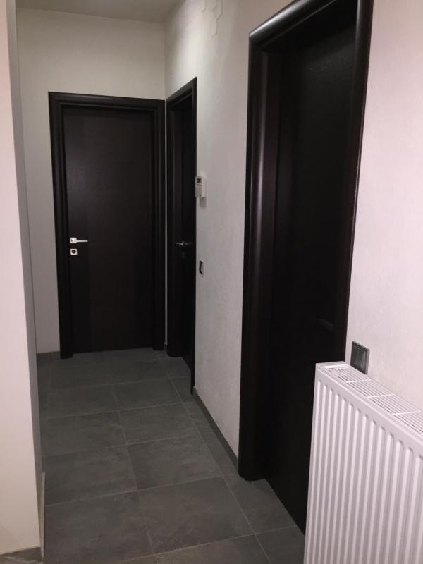 Πόρτες εσωτερικού χώρου από ξύλο δρυς με κάσα/περβάζια πλακάζ οβάλ σε wegge απόχρωση