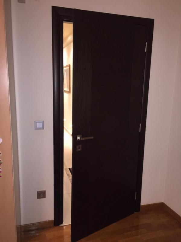 Πόρτα εσωτερικού χώρου από ξύλο δρυς με κάσα/περβάζια πλακάζ οβάλ σε wegge απόχρωση