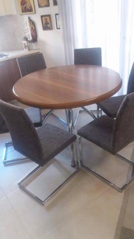 Στρόγγυλη τραπεζαρία σε καρυδιά και ντυμένα καθίσματα με inox βάσεις