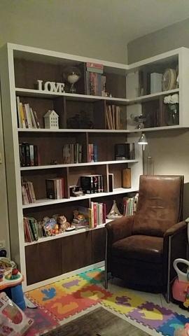 Γωνιακή βιβλιοθήκη σε ξύλο καρυδιάς και λευκή λάκα