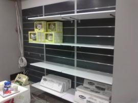 Κατασκευή ραφιών σε κατάστημα λιανικής πώλησης