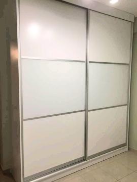 Ντουλάπα συρόμενη σε λευκή λάκα και λευκό γυαλί