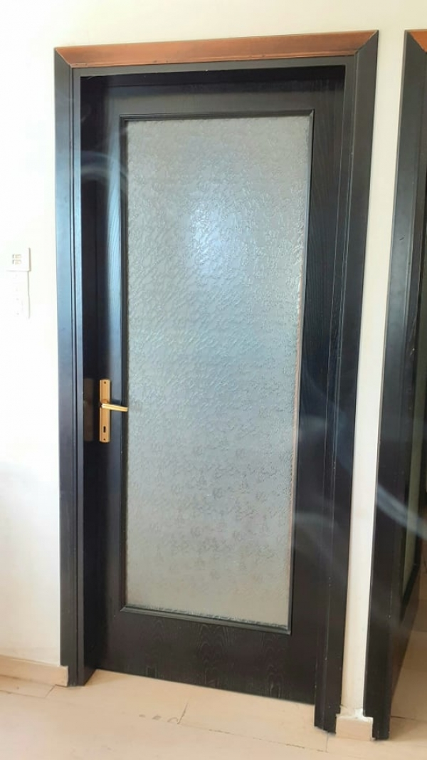 Εσωτερική πόρτα δωματίου από ξύλο μέλιο  και κρακελέ γυαλί