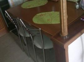 Τραπέζι κουζίνας και καθίσματα σε χρώμιο γυαλιστερό
