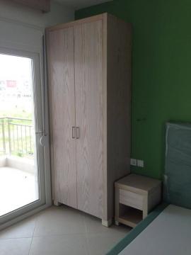 Ντουλάπα 2φυλλη, κομοδίνο και κρεβάτι ντυμένο σε ξενοδοχείο της Χαλκιδικής