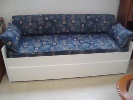 Καναπές-κρεβάτι σε λευκό βακελίτη με λευκή λάκα και συρτάρι αποθήκευσης στο κάτω μέρος του