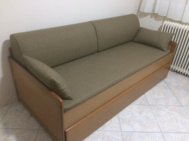 Καναπές-κρεβάτι CLASSIC σε βακελίτη ανεγκρέ με καφέ λάκα, υφάσματα και μαξιλάρες