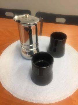 Καφετιέρα καφέ espresso και μαύρες κούπες σερβιρίσματος