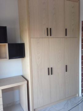 Ντουλάπα 3φυλλη, γραφείο και κουτιά τοίχου σε φυσικό δρυς